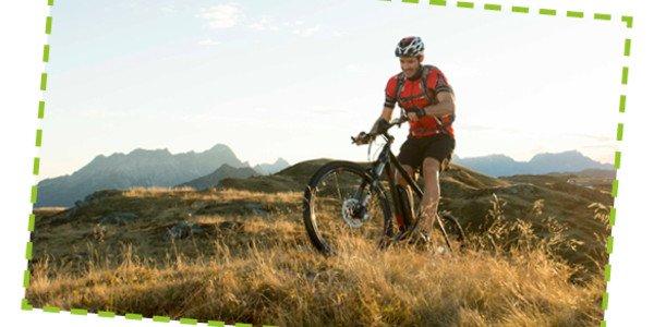 E Mountainbiker in den Bergen